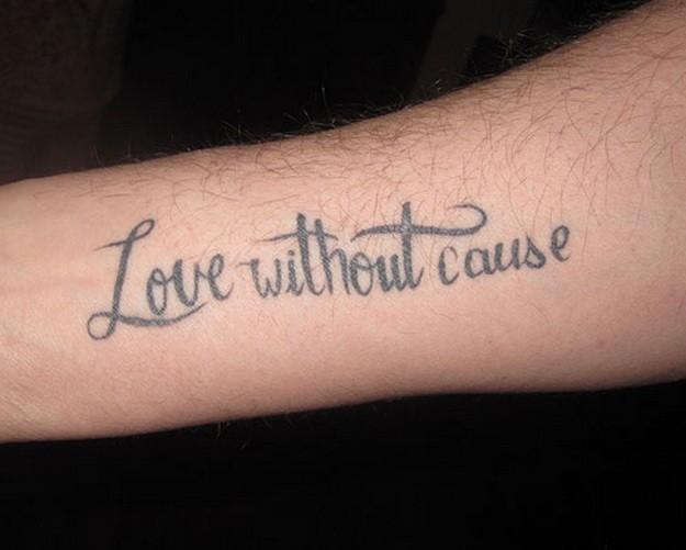 Tatuaje en el brazo, ama sin causa cita