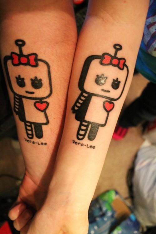 carina due giocatoli  robot tatuaggio femminile su braccio