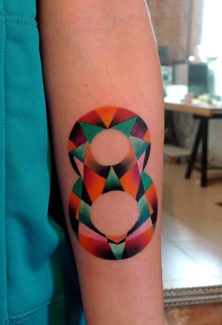 Tatuaggio avambraccio colorato di media grandezza di otto numeri