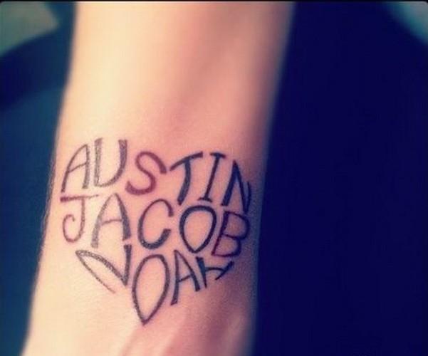 citazione scritto nome forma di cuore tatuaggio su braccio