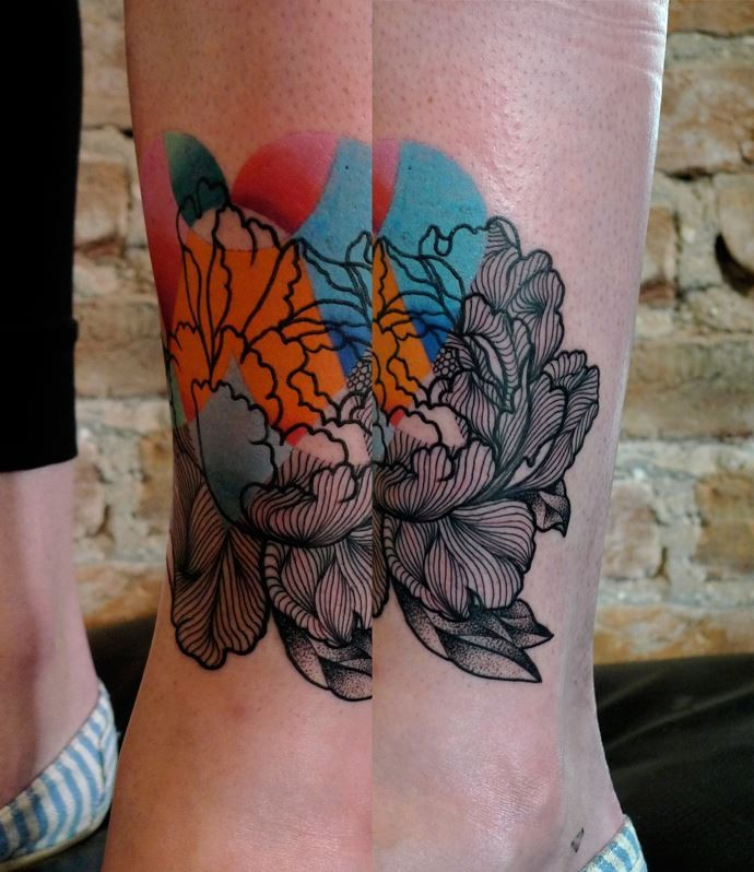 Natural looking colored by Mariusz Trubisz tatto of nice flowers