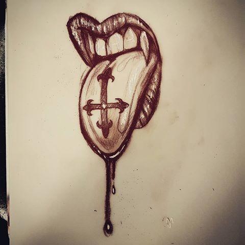 boca de vampiro nesty com desenho de tatuagem de língua cruzada