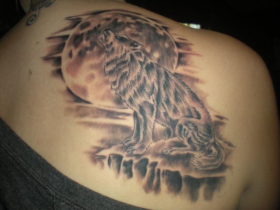 Tatuaggio grande sulla spalla il lupo che ulula