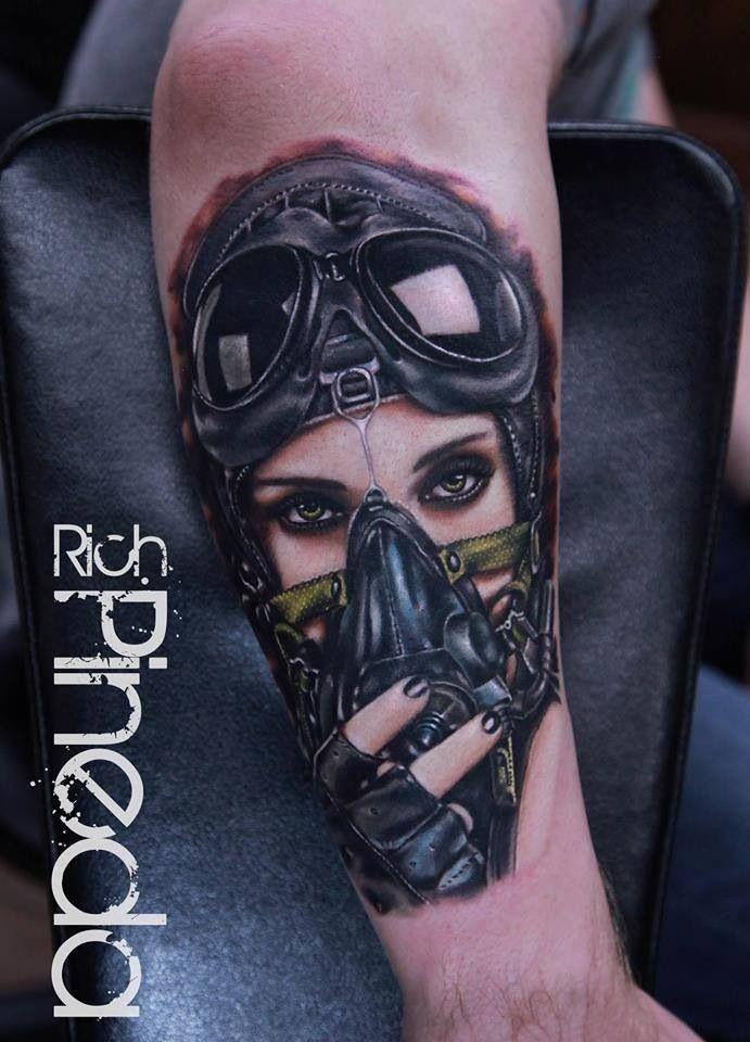 Tatuaggio del braccio della donna seducente colorato in stile scuola