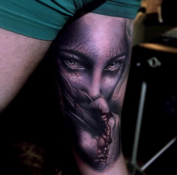 Tatuaggio a mezza manica in stile scuola colorato di mostro womna con mano insanguinata