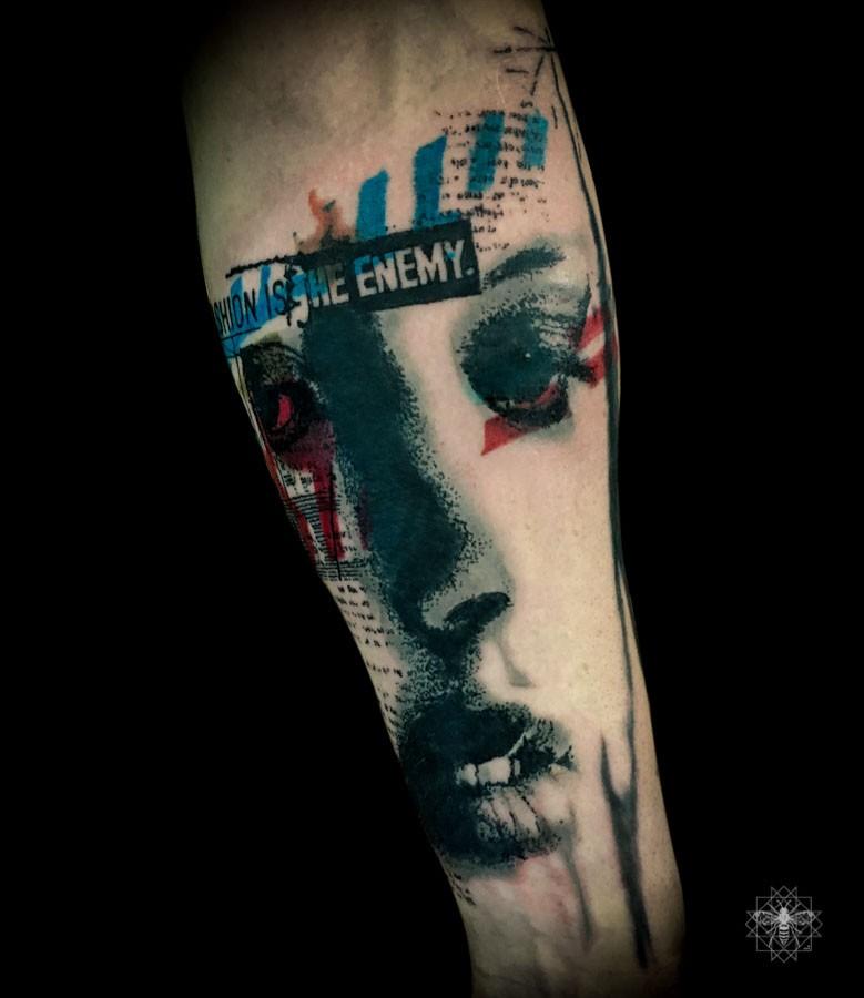 Nuovo tatuaggio colorato stile scuola di occhi e lettere femminili tristi