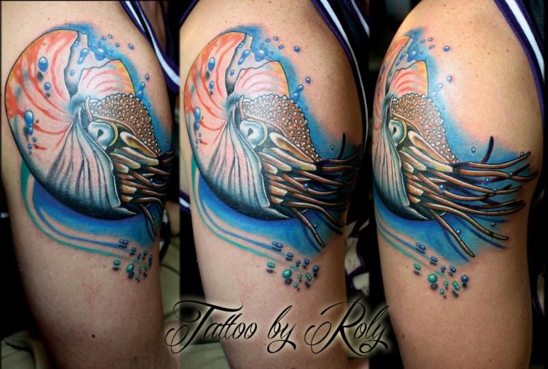 Tatuaggio alla coscia colorato in stile scuola di nuoto nuovo nautilus
