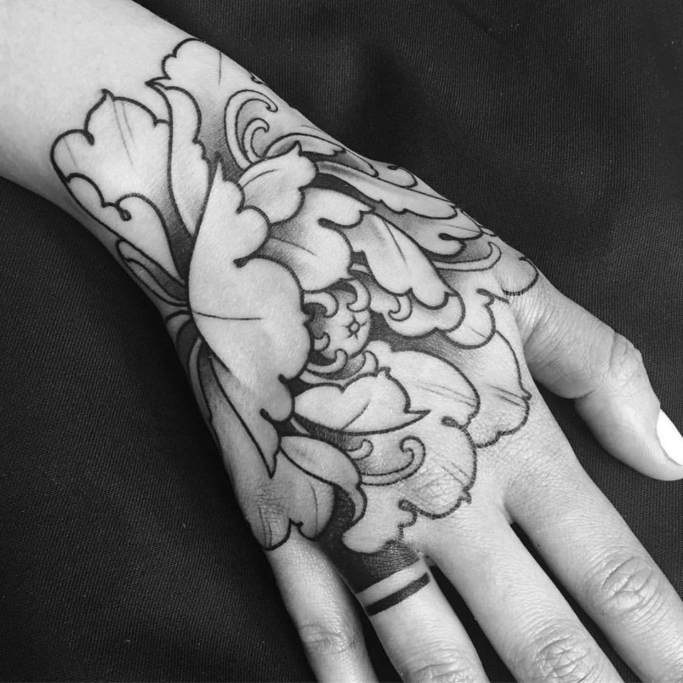 Bel tatuaggio fiore nero e grigio sul polso