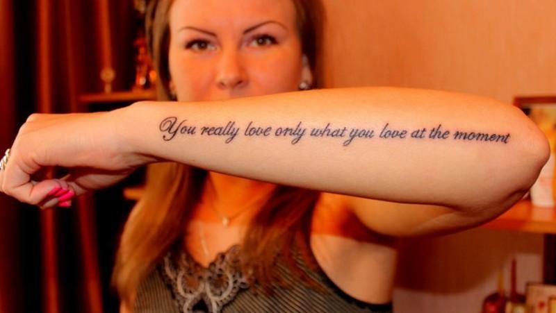belli eleganti lettere neri citazione tatuaggio su braccio