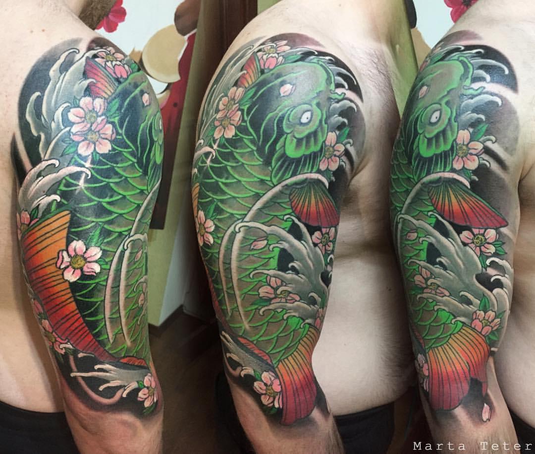 Bel tatuaggio con pesci koi verdi sulla spalla