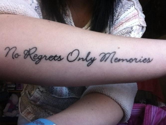 citazione nessun rimpianti solo ricordi tatuaggio su braccio
