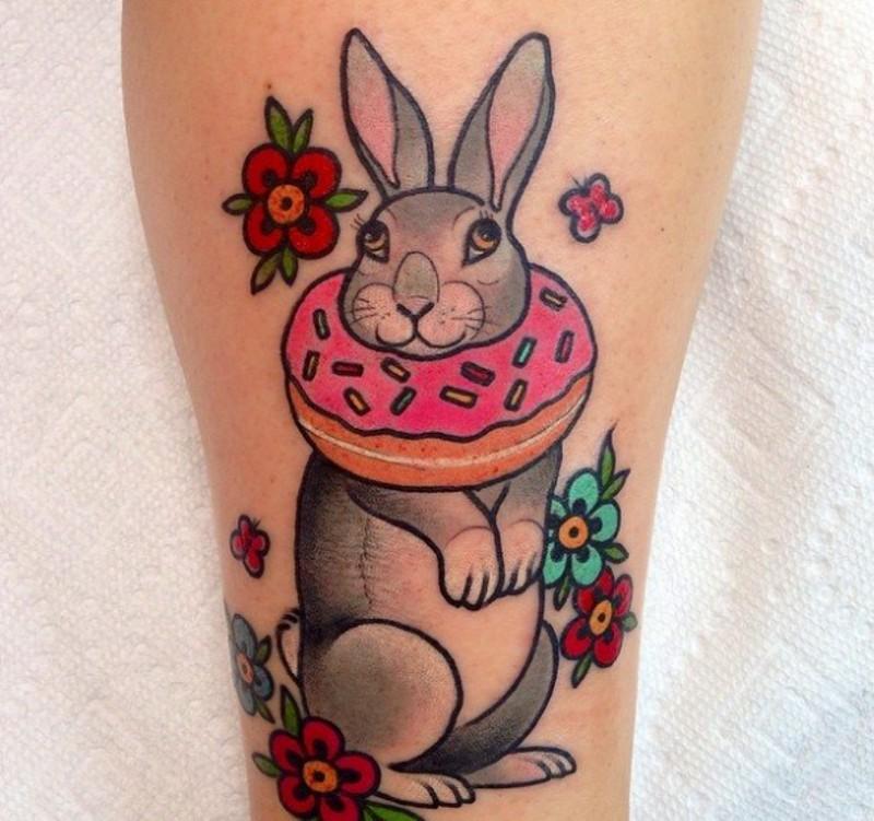 vecchio cartone animato divertente coniglio con fiori tatuaggio su gamba
