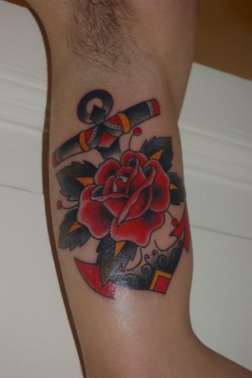 vecchia scuola ancora con rose rosse tatuaggio su braccio
