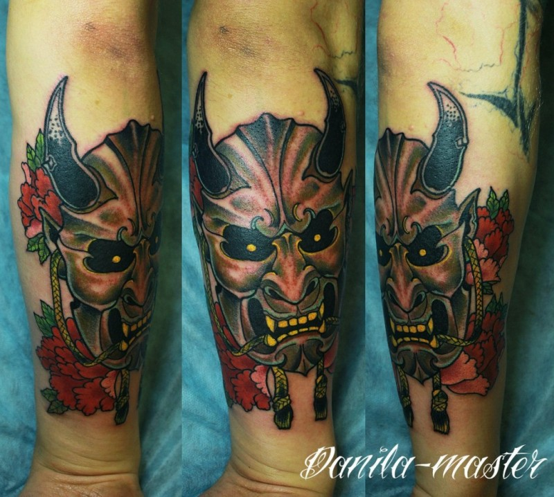Tatuaggio con il braccio colorato in stile vecchia scuola di mostri con fiori
