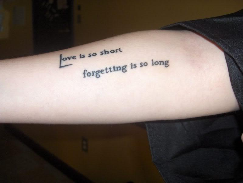 Trauriges Tattoo mit Liebesspruch am Arm