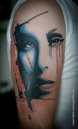 Ritratto come il tatuaggio colorato del braccio superiore del viso femminile