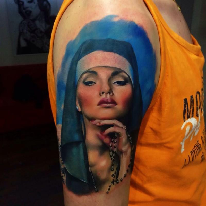 Tatuaggio ritratto dipinto in stile art donna sul braccio