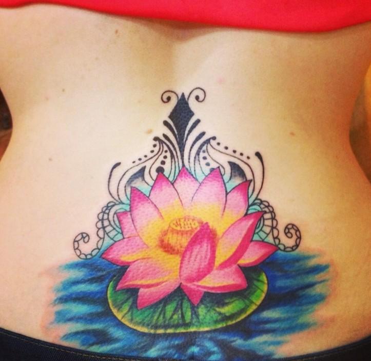 bello fiore loto in acqua con riccioli tatuaggio su parte bassa della schiena