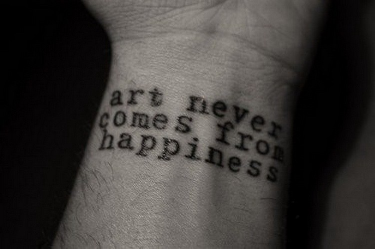 citazione arte di stampa non deriva da felicita` tatuaggio su polso