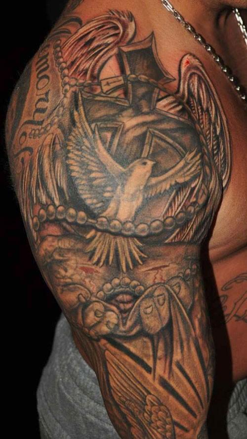 tatuaggio religioso con colomba e croce avambraccio