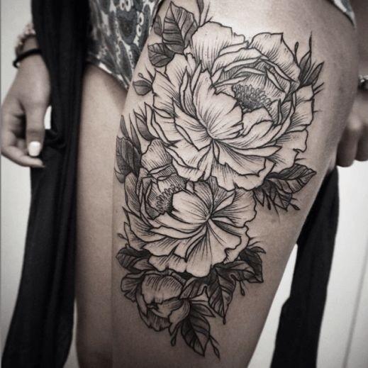 bel mazzo di fiore nero e bianco tatuaggio sulla coscia