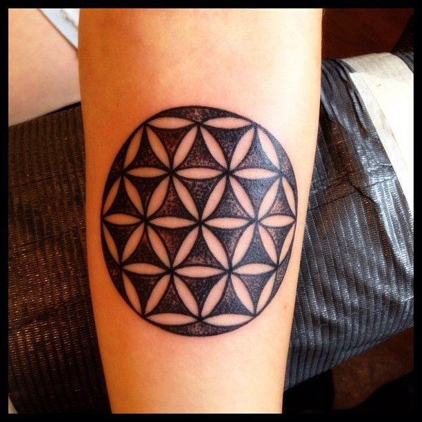 ruvido nero fiori di vita tatuaggio su braccio