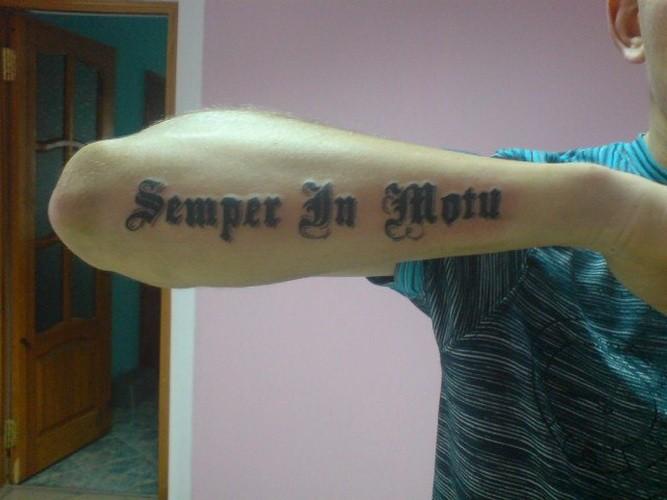 semplice citazione in motu latina tatuaggio su braccio