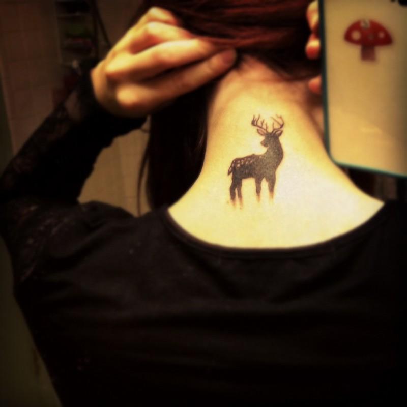 semplice disegno piccolo inchiostro nero animale cervo tatuaggio su nuca