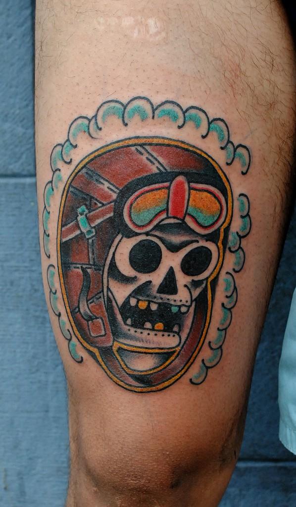 Tatuaggio del teschio pilota colorato in stile old school semplice