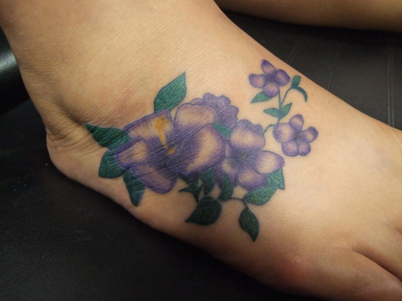 piccolo fiore gelsomino tatuaggio sul piede