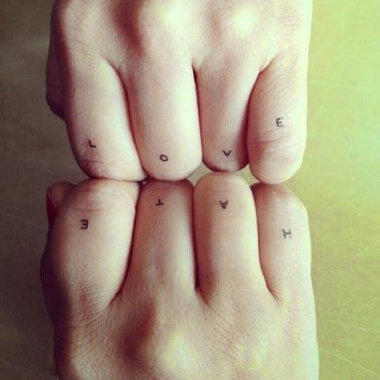 piccole lettere love e odio le citazione tatuaggio sulle dita