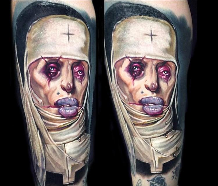 Tatuaggio colorato dall&quotaspetto strano della donna mostruosa