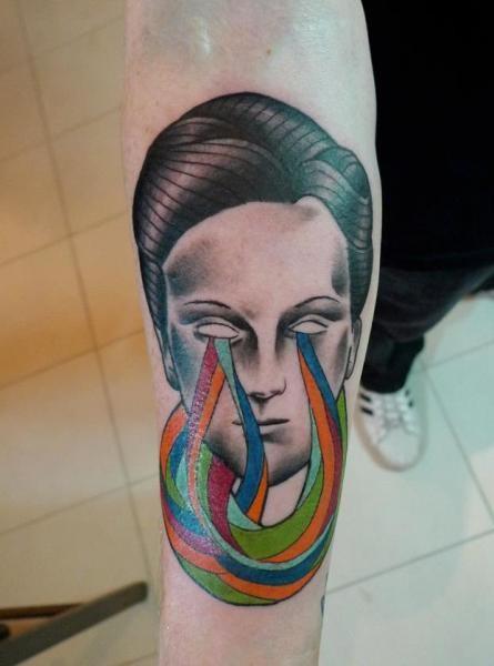 Tatuaggio con braccio colorato di stile surrealista di Mariusz Trubisz