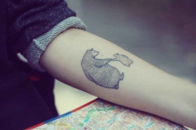 carino disegno nero e bianco animale orso con orsetto tatuaggio subraccio