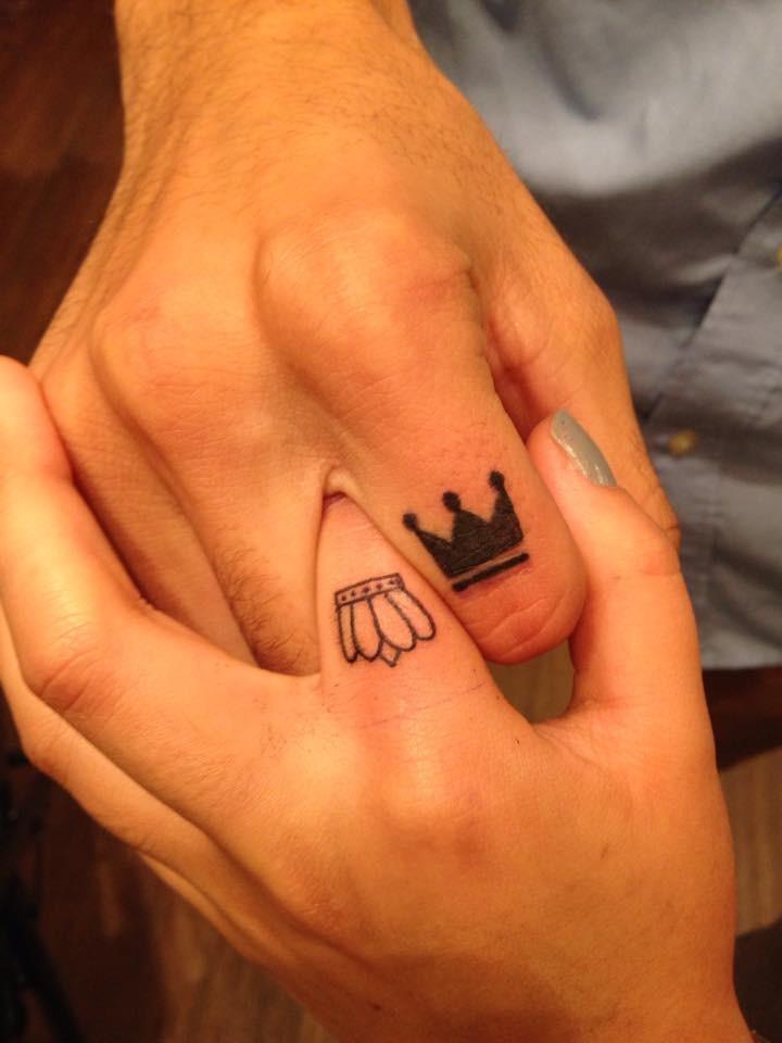 Tatuajes en los dedos,  coronas de rey y reina