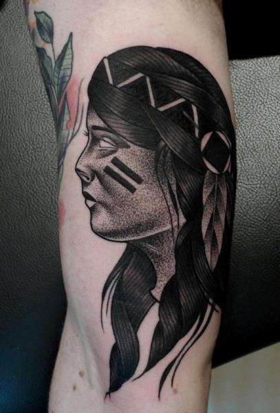Tatuaggio dipinto da Mariusz Trubisz in stile dotwork di donna indiana