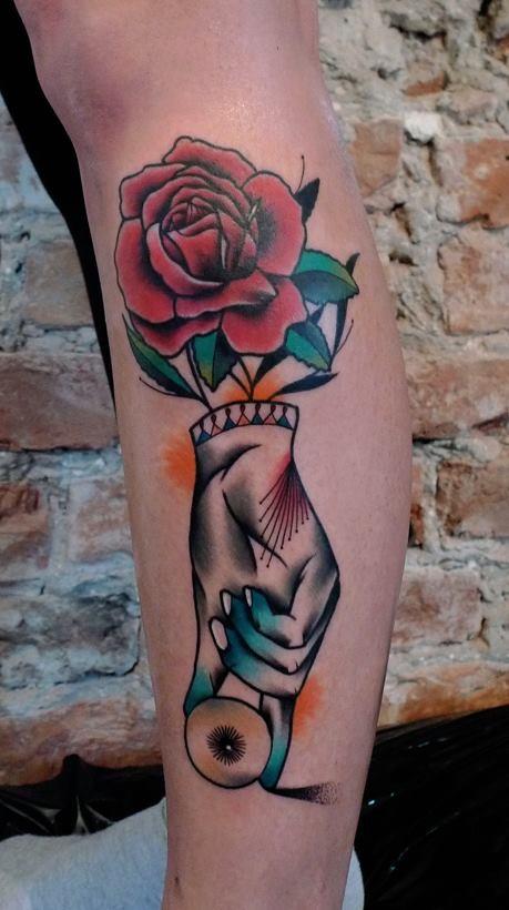 Tatuaggio dipinto da Mariusz Trubisz in una gamba di rose di stile surrealista