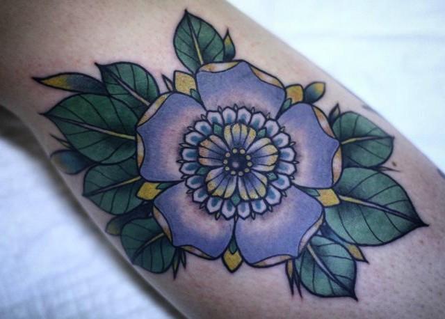 tradizionale tenero fiore viola tatuaggio su braccio