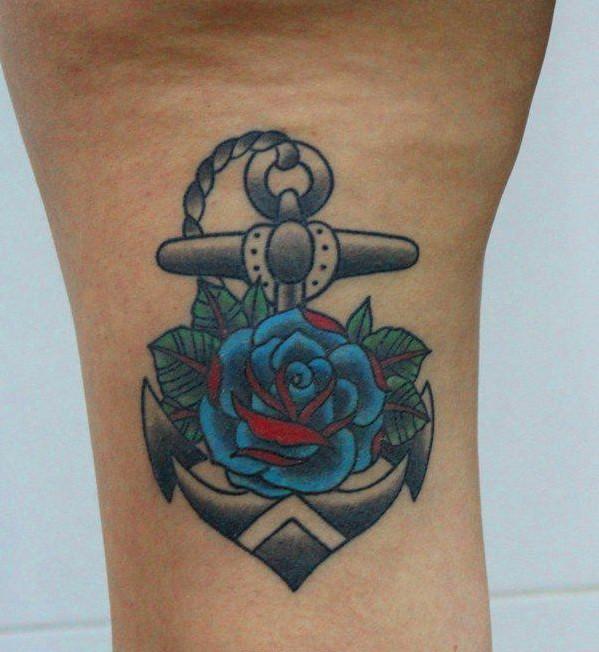 carina ancora con rosa blu rossa tatuaggio su gamba