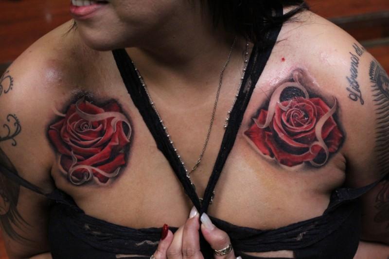 due rose con filigrana classico americano tatuaggio su petto