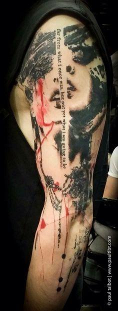 Tipico tatuaggio a mezza manica stile trash polka di donna seducente con scritte