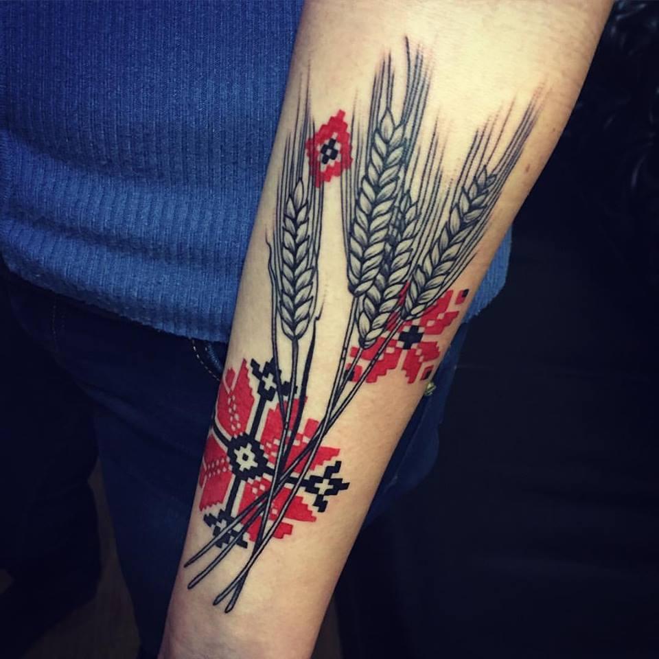 Patrón de motivos ucranianos y tatuaje de espiguillas de trigo