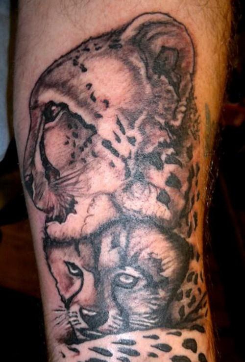 Tatuaje  de guepardo con cachorro tiernos