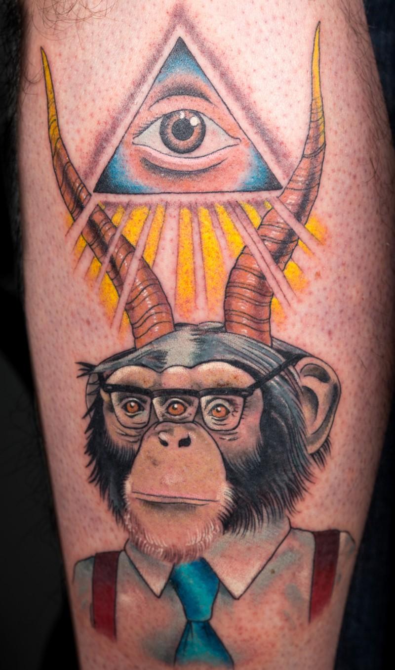 Ungewöhnliches Tattoo im altschulischen Stil von hörnigem Schimpanse und Dreieck mit allsehendem Auge