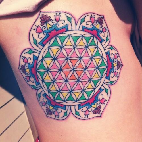 vivaci colori fiore di vita in mandala tatuaggio su lato