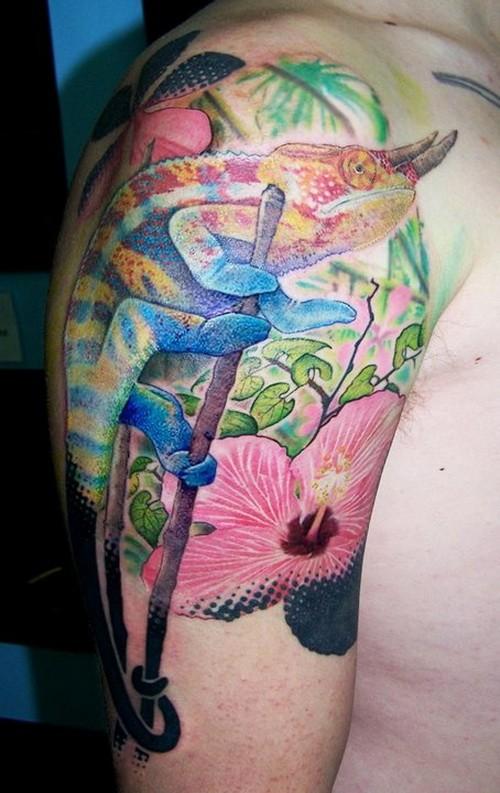 vivaci colori camaleone cornuto tatuaggio a mezza manica
