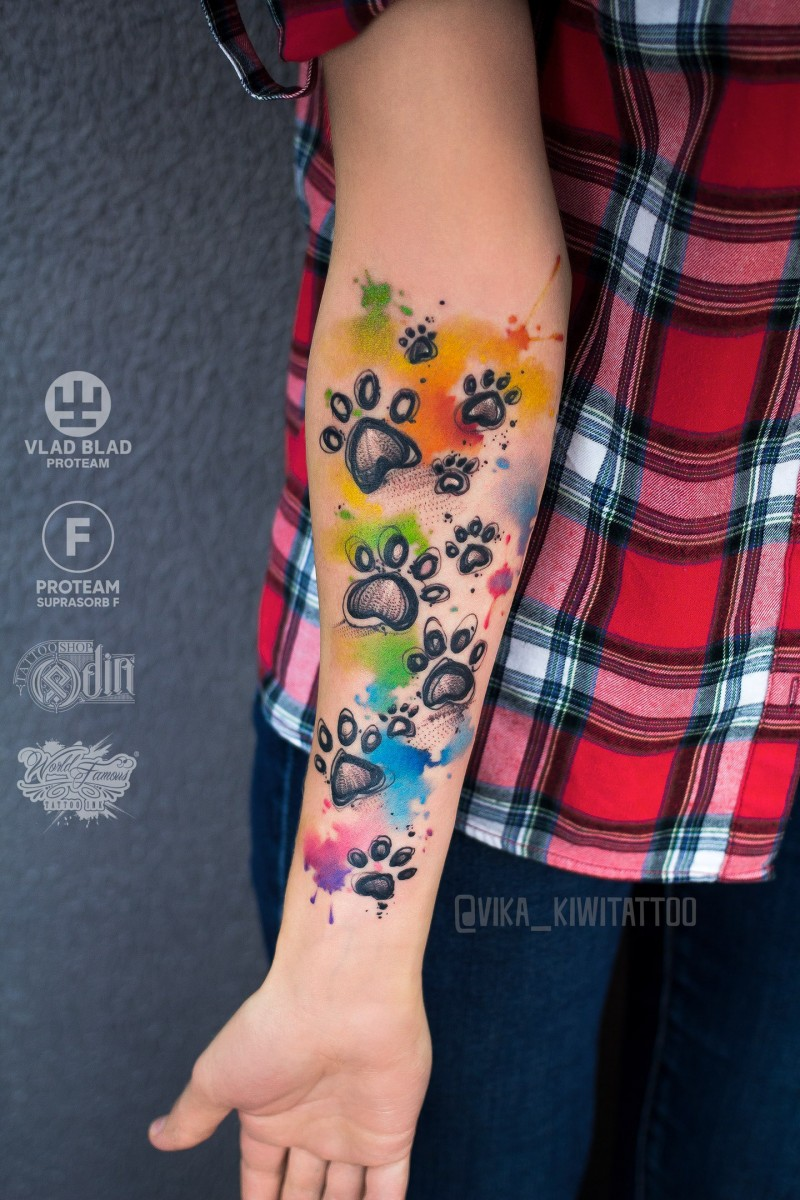 La zampa dell&quotacquerello stampa il tatuaggio sull&quotavambraccio