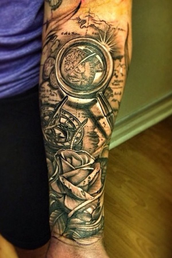 Tatuaje en el antebrazo, mapa con compás y rosa, diseño precioso