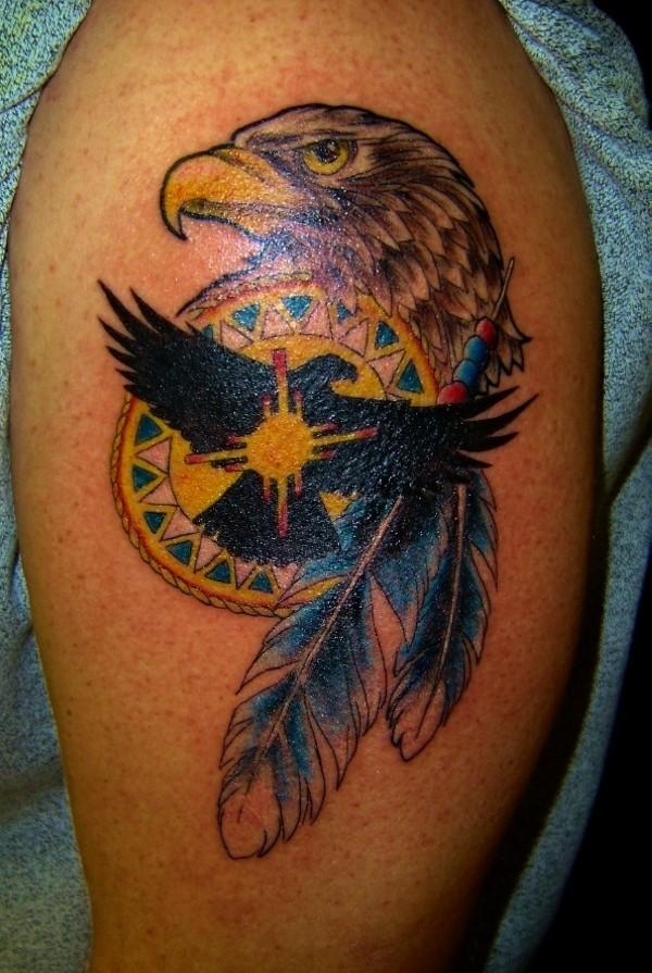 bellissima colorata testa di aquila e piume tatuaggio su spalla