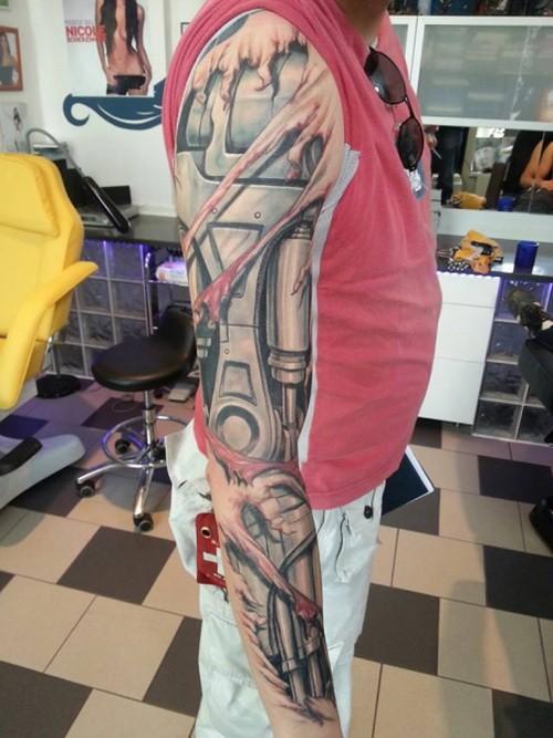 Tatuaje en el brazo completo, brazo de robot impresionante